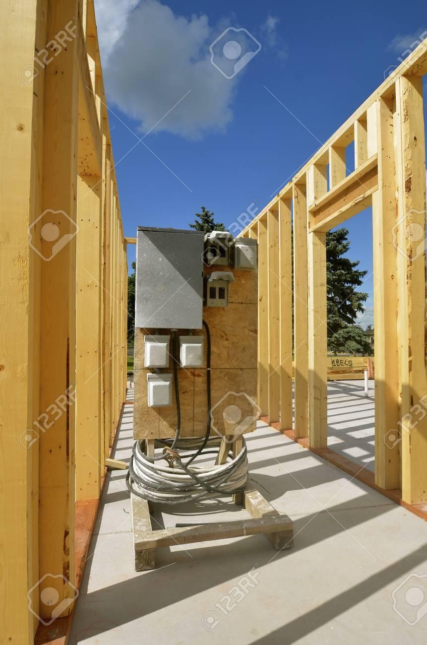 Un Complejo De Apartamentos Con Una Caja Eléctrica Portátil De ...