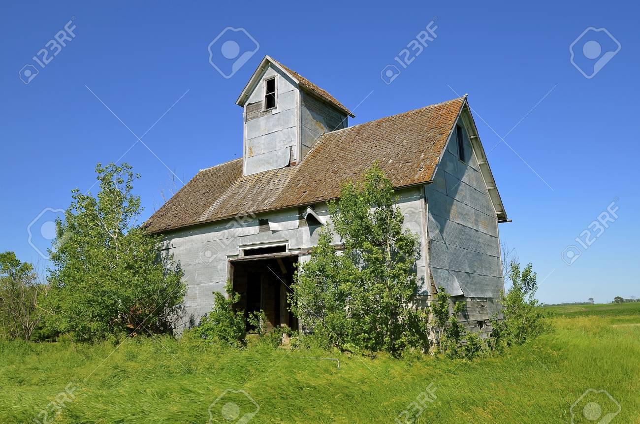 放棄された小さな穀倉や開くドア...