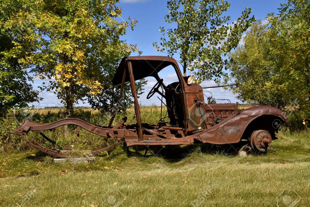 Auf Blöcken Ruhen Ist Der Verrostete Rahmen Eines Sehr Alten Autos ...