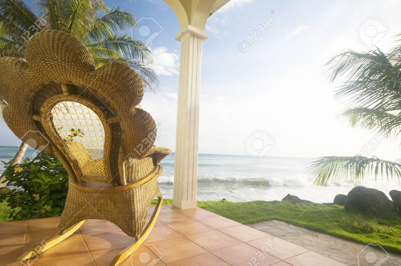 Korbweide Handarbeit Schaukelstuhl Auf Terrasse Luxus Resort Hotel