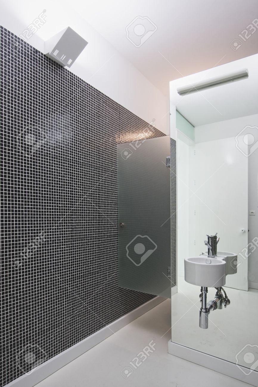 Schwarz Weiß Mosaik Zu Einem Bad Mit Spiegel Lizenzfreie Bilder   4264172