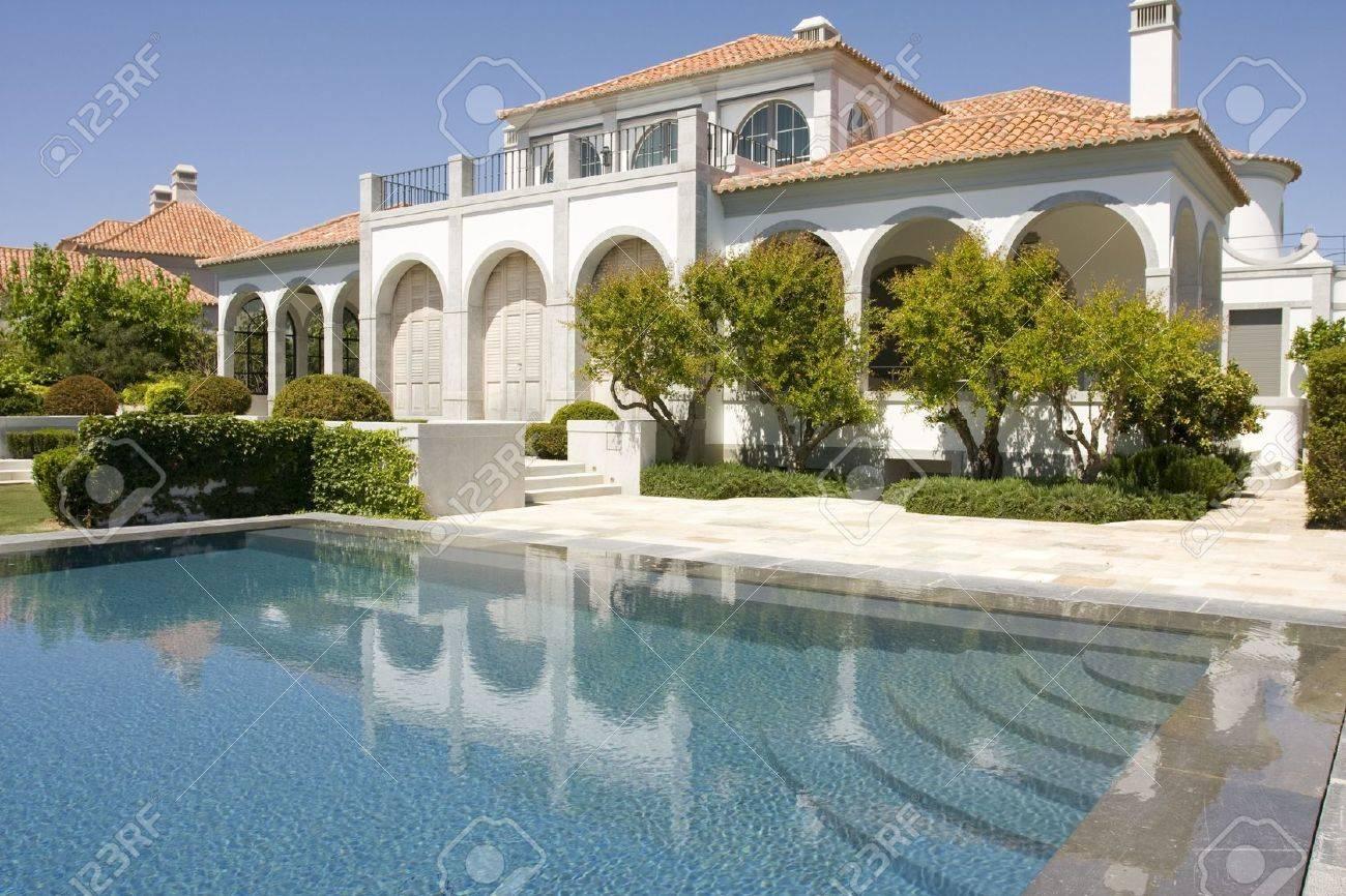 Amazing Und Schöne Villa Mit Garten Und Eine Gesunde Wasser Pool ...