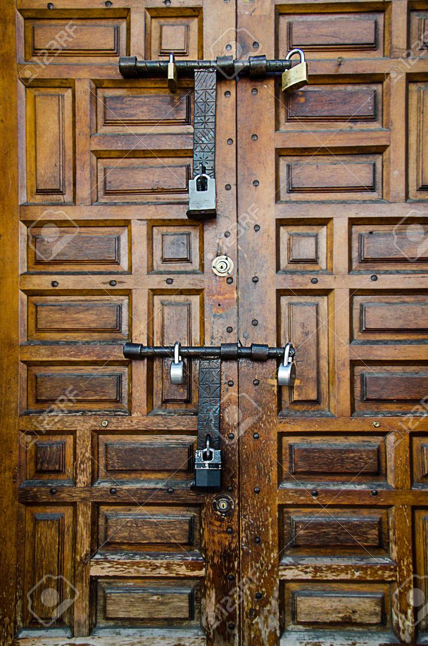 interesting cerraduras antiguas de hierro en la antigedad puerta de madera foto de archivo with puerta madera antigua with puertas madera antiguas - Puertas De Madera Antiguas