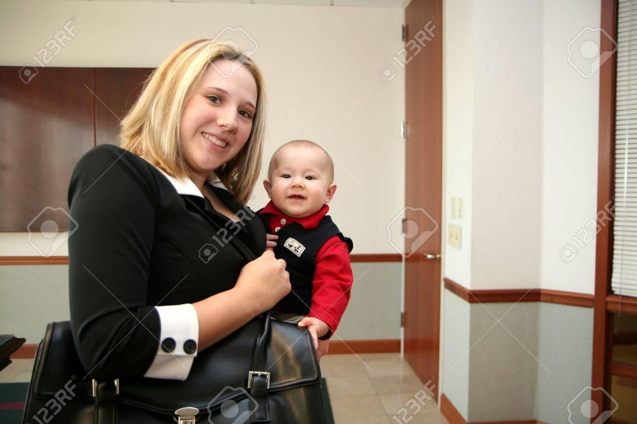 Una madre con su hijo en su trabajo Foto de archivo - 13316694