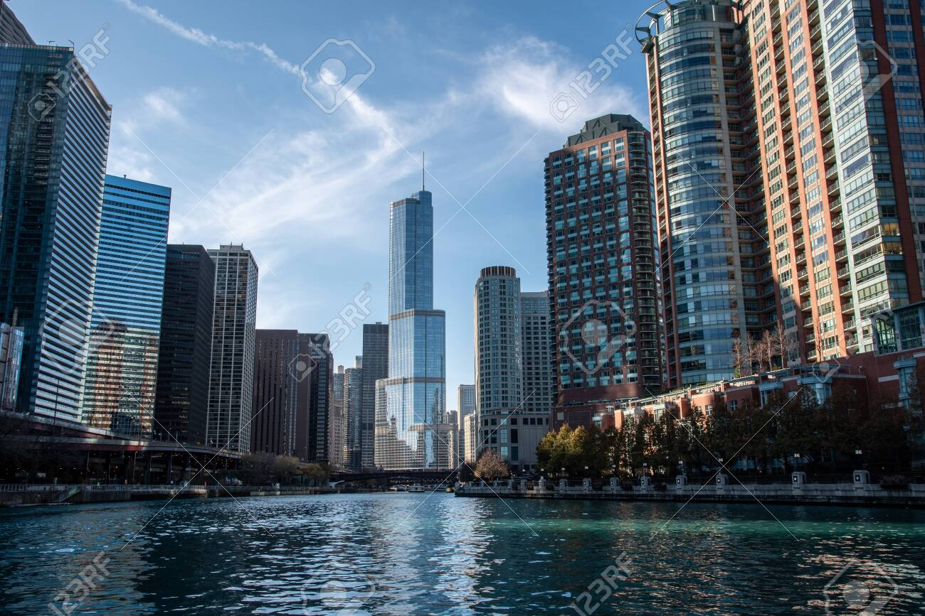 Entrance in the Chicago river from the Michigan lake - 144135233