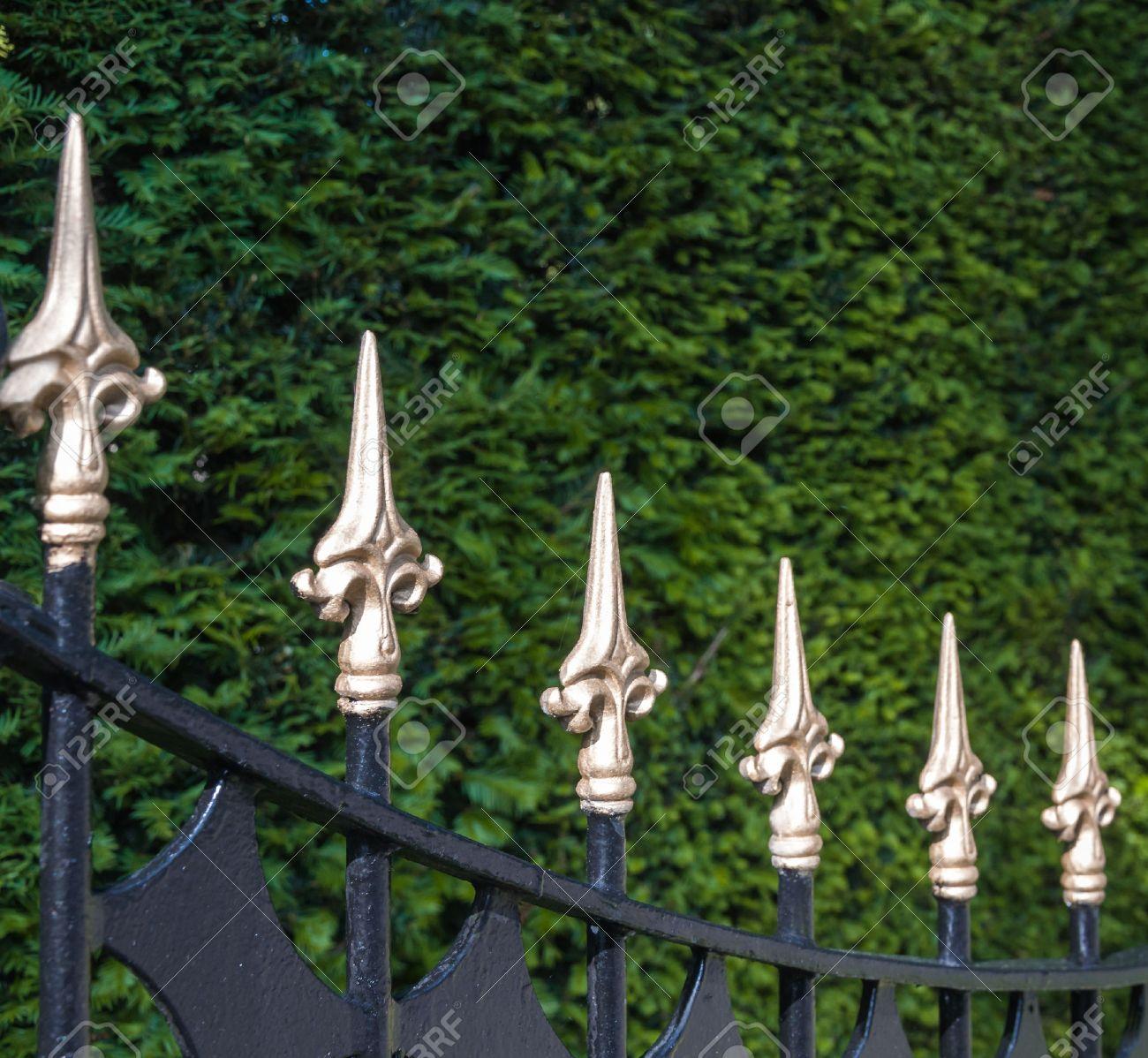 gros plan d'une peinture noire clôture en fer forgé avec des pointes
