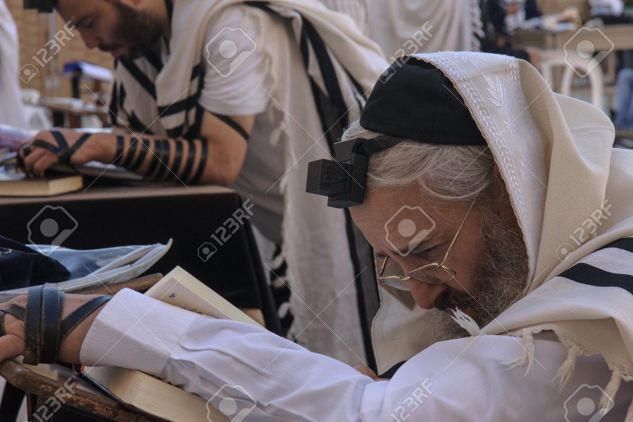 GERUSALEMME - 31 luglio - ebrei ortodossi prega al Muro Occidentale - 31  luglio 2013, la città vecchia di Gerusalemme, Israele Il muro occidentale è