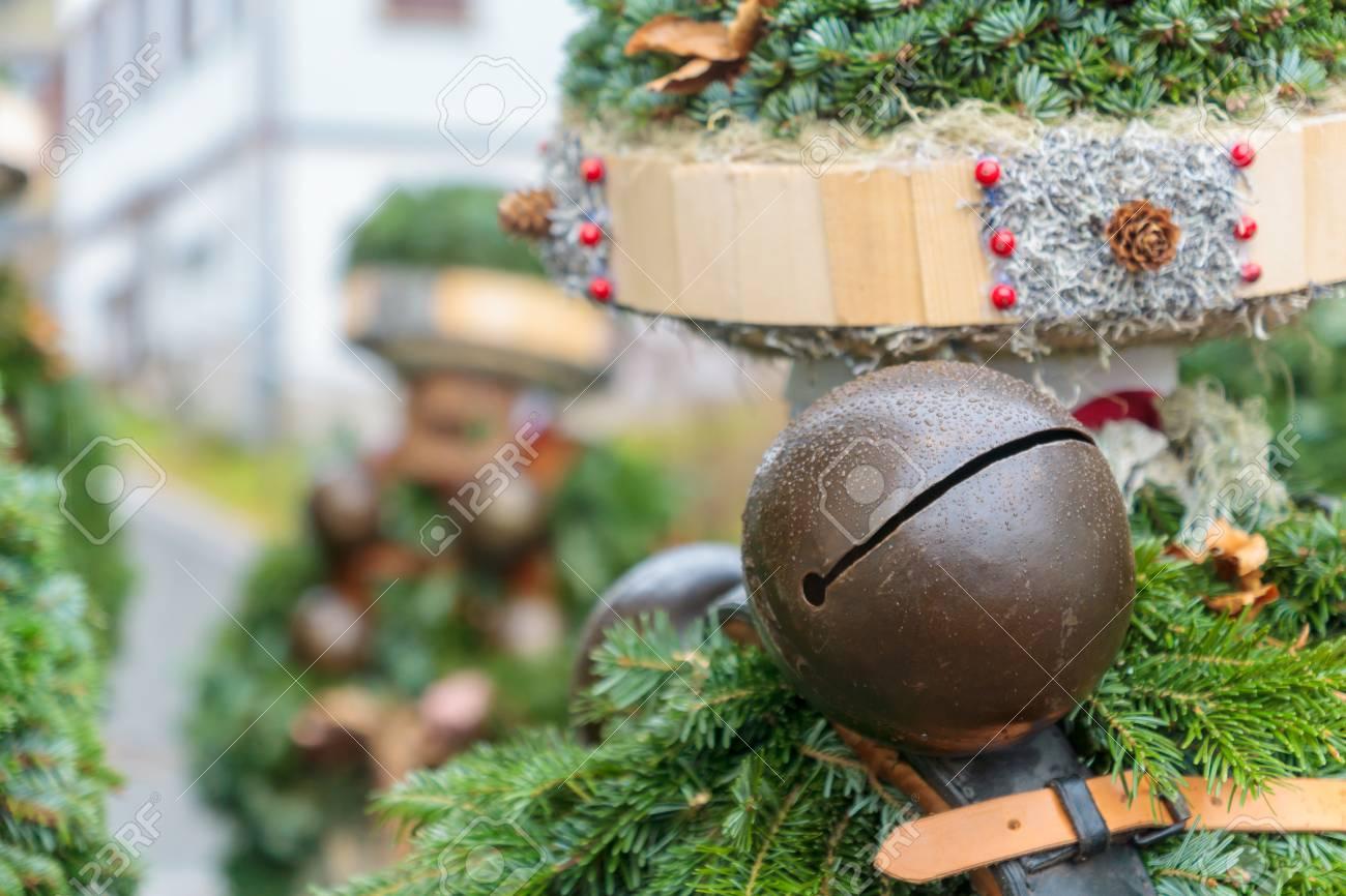 Ein Traditionelles Mummerkostüm Des Neuen Jahres, In Urnasch ...