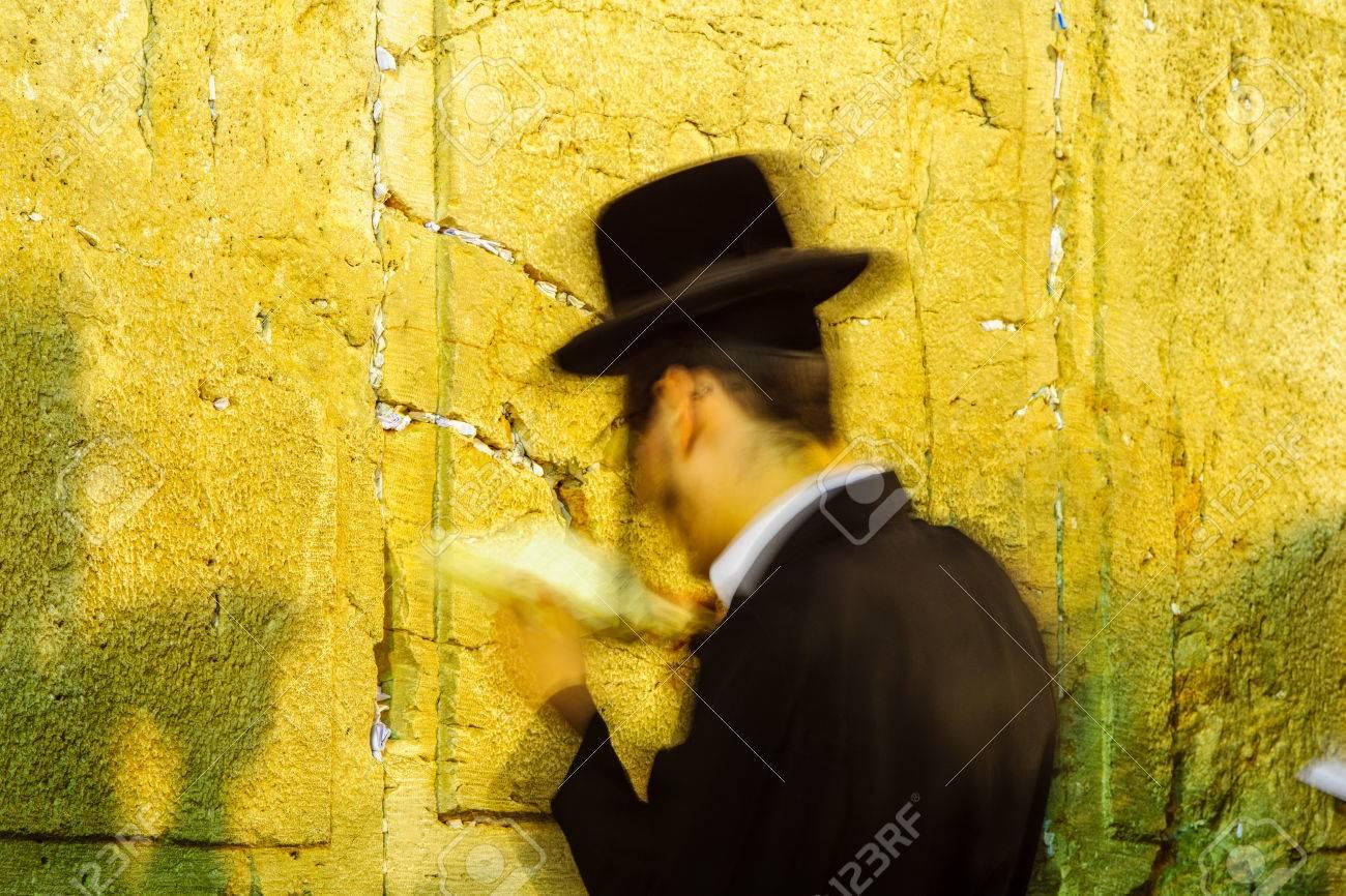 Exposición Prolongada De Una Oración Judía En El Muro Occidental Por La Noche Jerusalén Israel Este Es El Lugar Más Sagrado En La Tradición Judía Fotos Retratos Imágenes Y Fotografía De Archivo