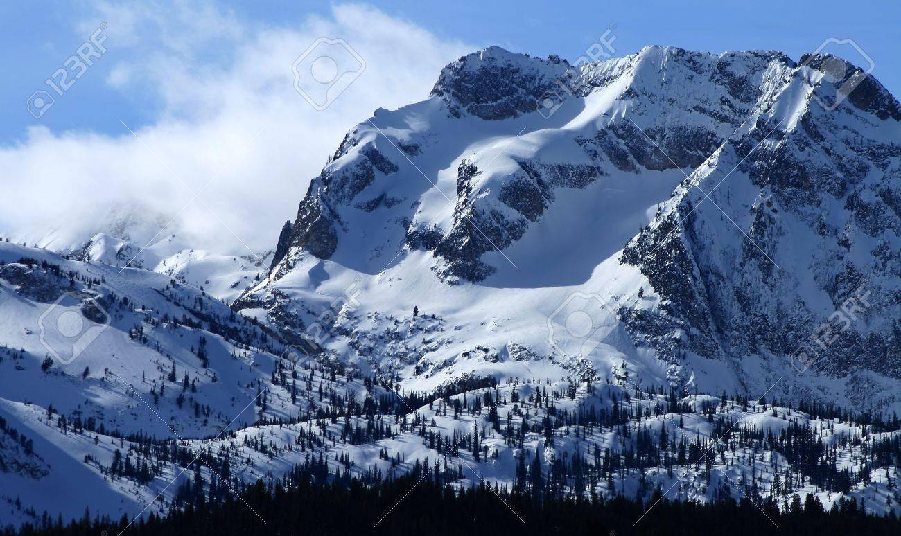 アイダホ州の鋸歯状の山の範囲の峻険な山々 の写真素材・画像素材 ...