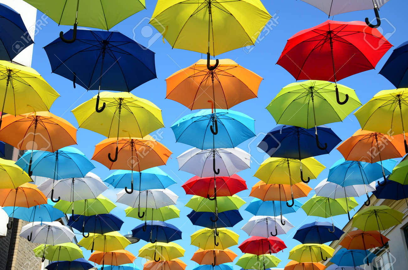 gran selección calidad real en venta Fondo paraguas colorido. sombrillas de colores en el cielo soleado.  Decoración de la calle.