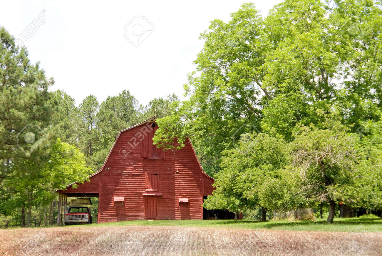 An old red barn in a rural contryside setting. Stock Photo - 5022732
