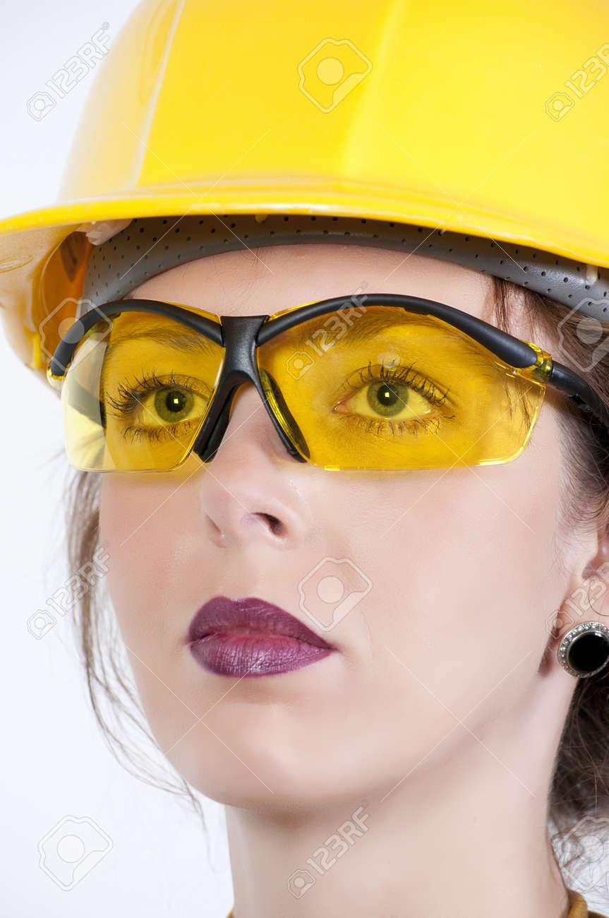 Banque d images - Une belle jeune femme portant des lunettes de sécurité 4724d33f4cc0
