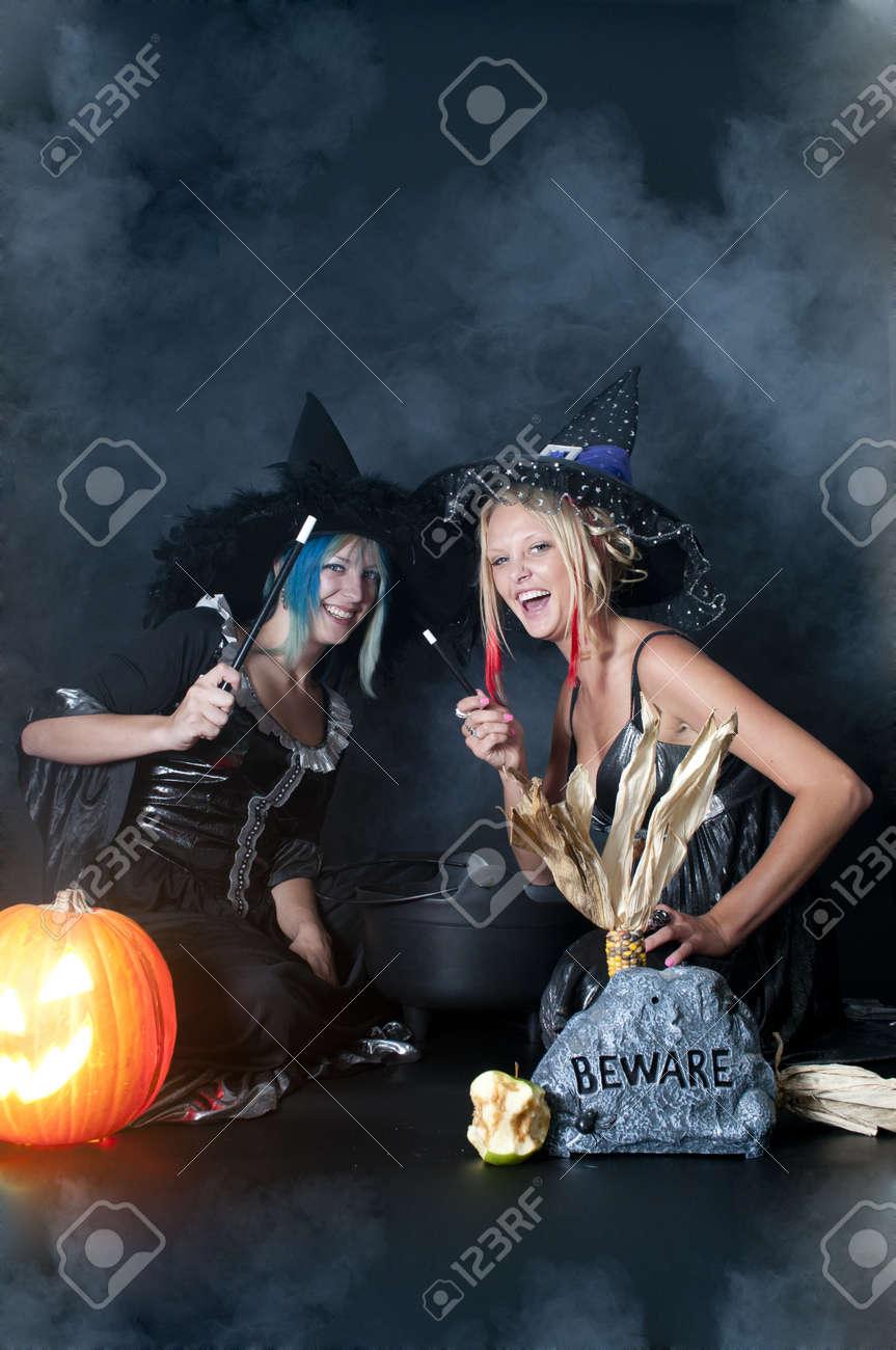 Un Couple De Belles Jeunes Femmes Sur Les Sorcières Dhalloween