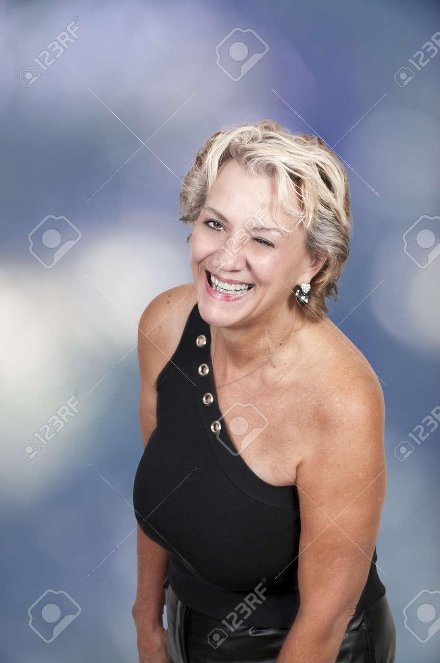 Mujer mayor coquetea
