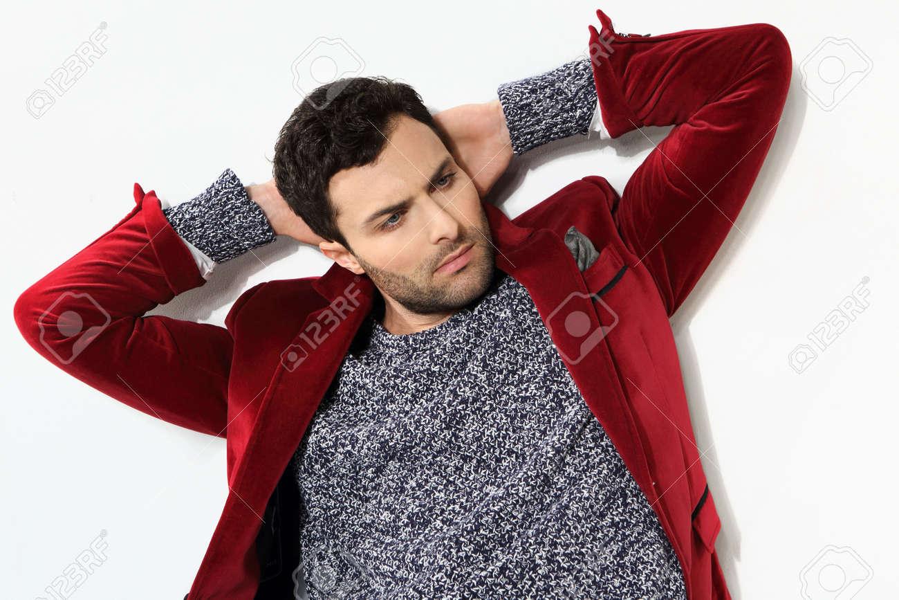 online store 6197e 111b9 Uomo bello che propone in una giacca rossa