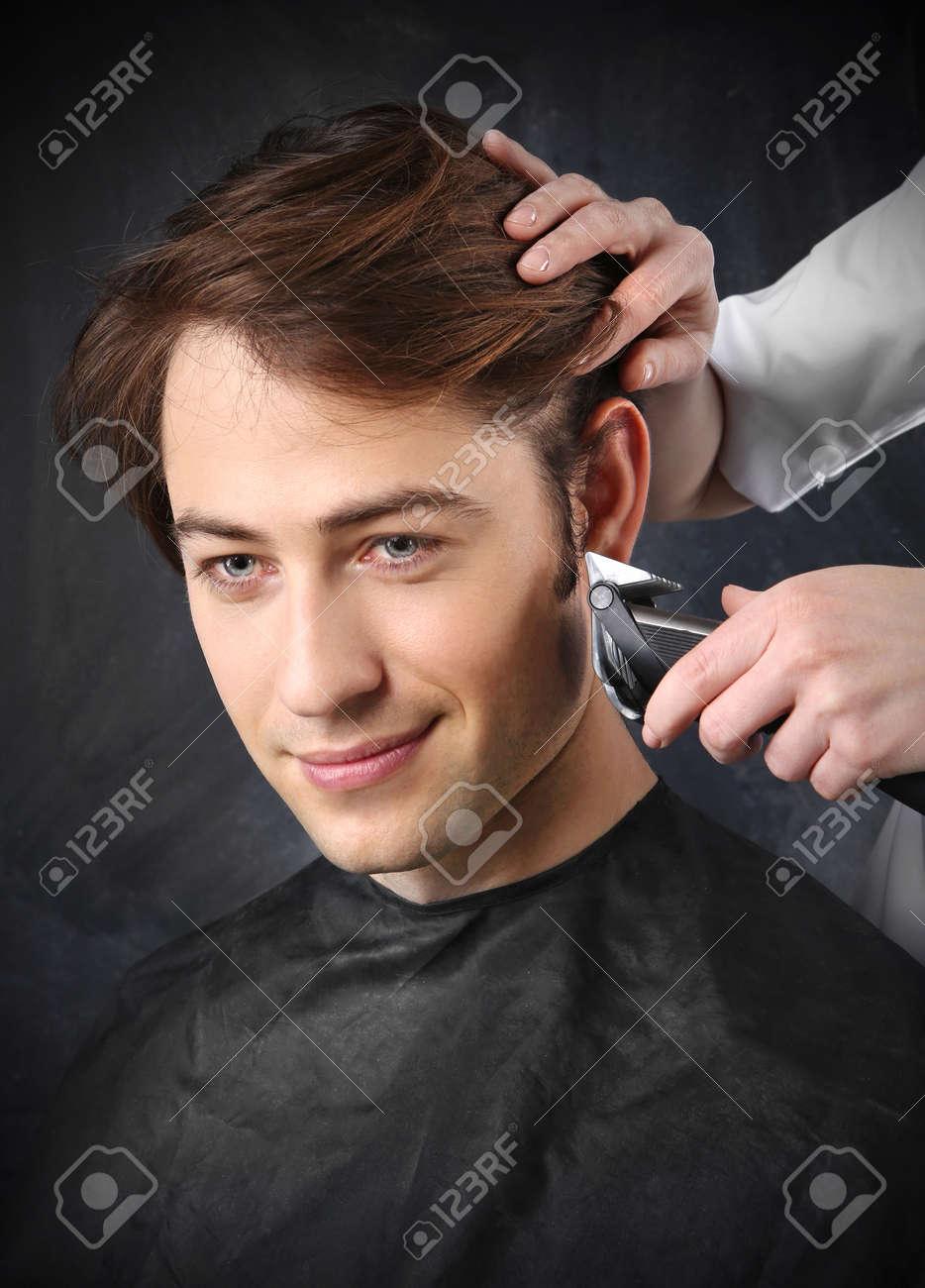 Portrait Einer Jungen Weißen Jungen Während Haare Schneiden Im