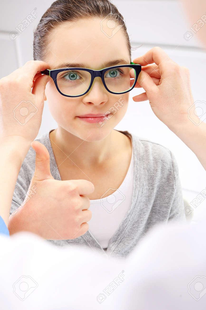 Anpassung Von Brillen, Ein Kleines Mädchen Mit Einem Augenarzt ...