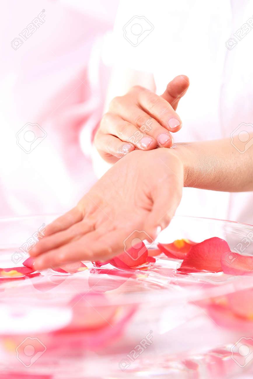 Schönheitsritual Für Hands.Care Behandlung Der Hände Und Nägel Frau ...