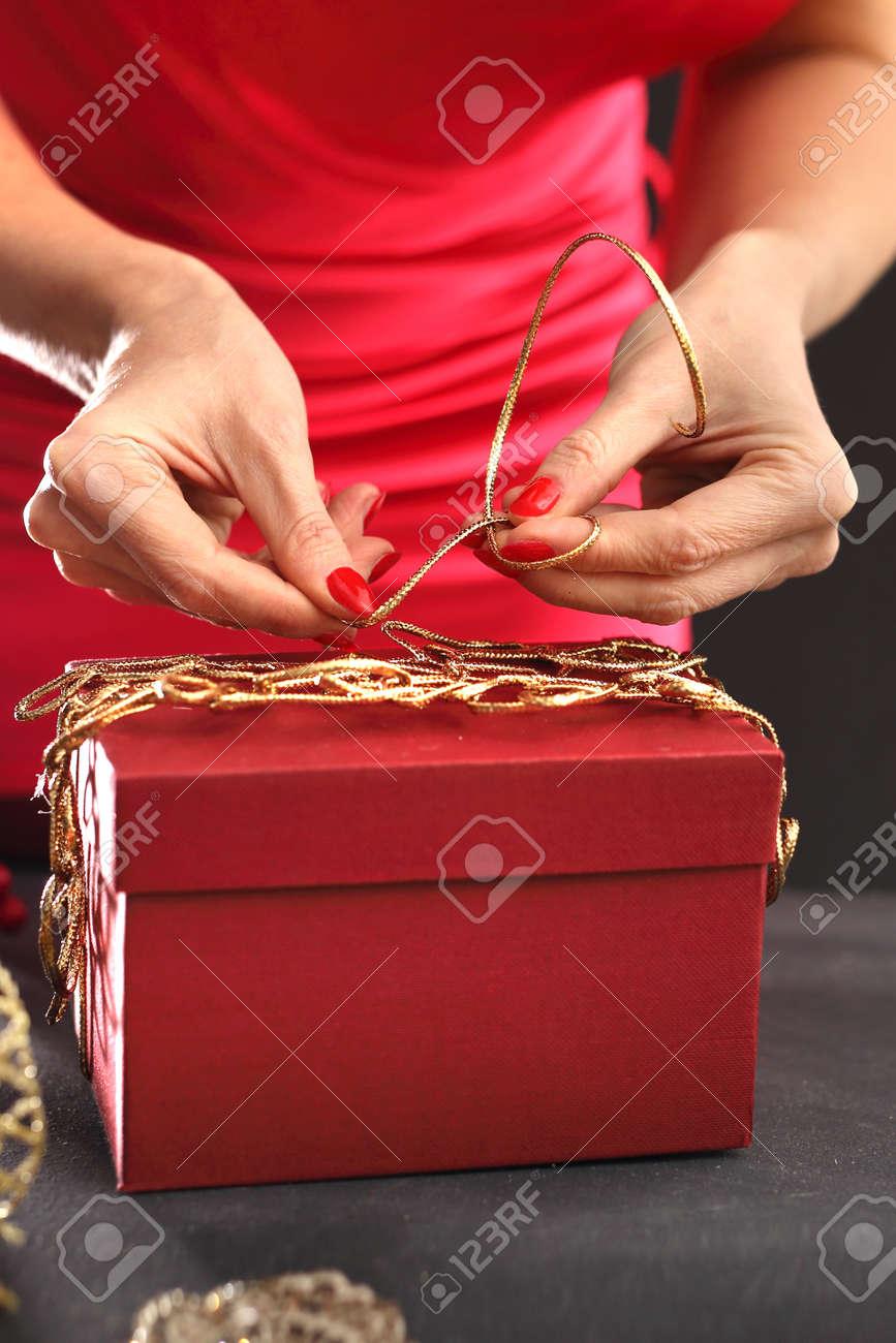 Weihnachten. Wie Ein Geschenk Für Weihnachten Zu Wickeln Lizenzfreie ...