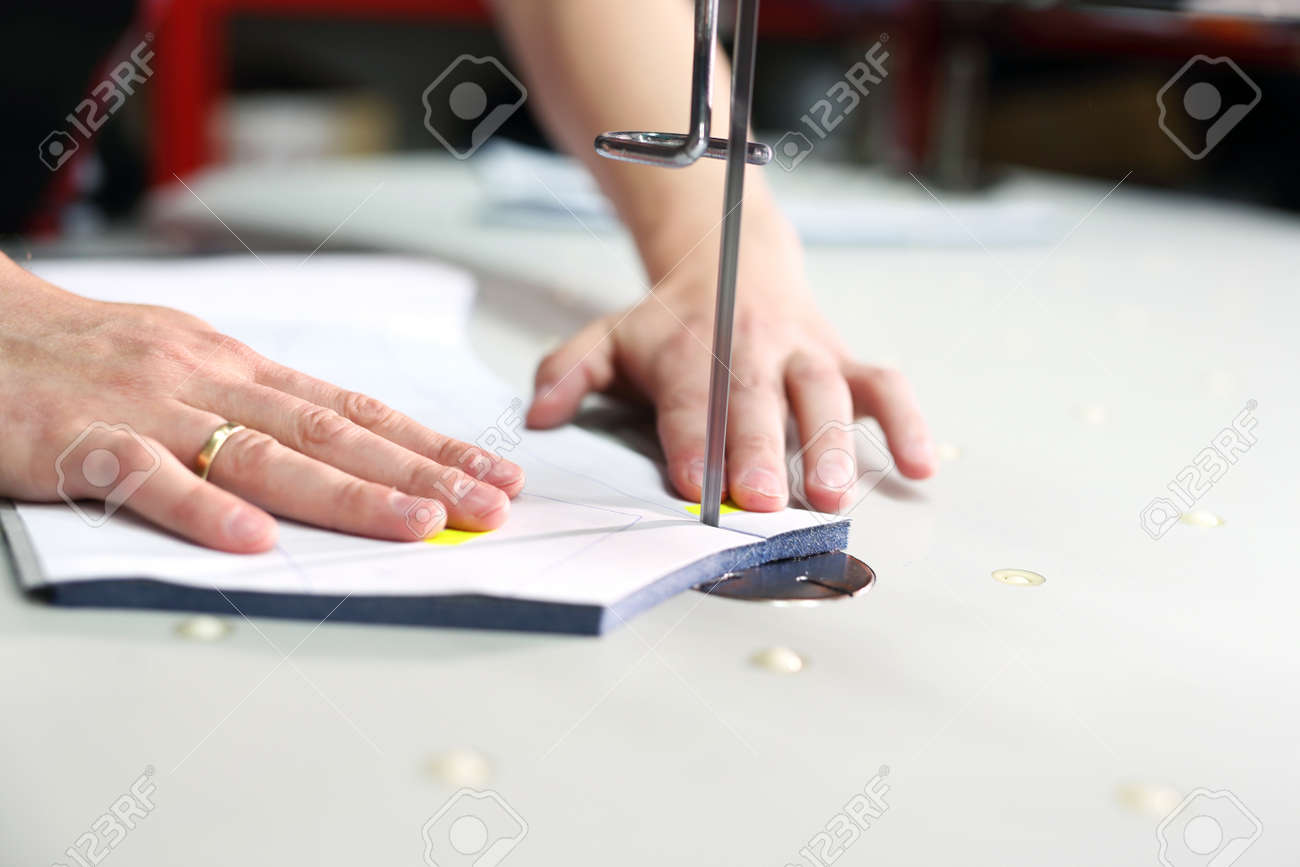 Se Corta El Tejido, El Trabajo De Costura. Sala De Corte, Corte De ...