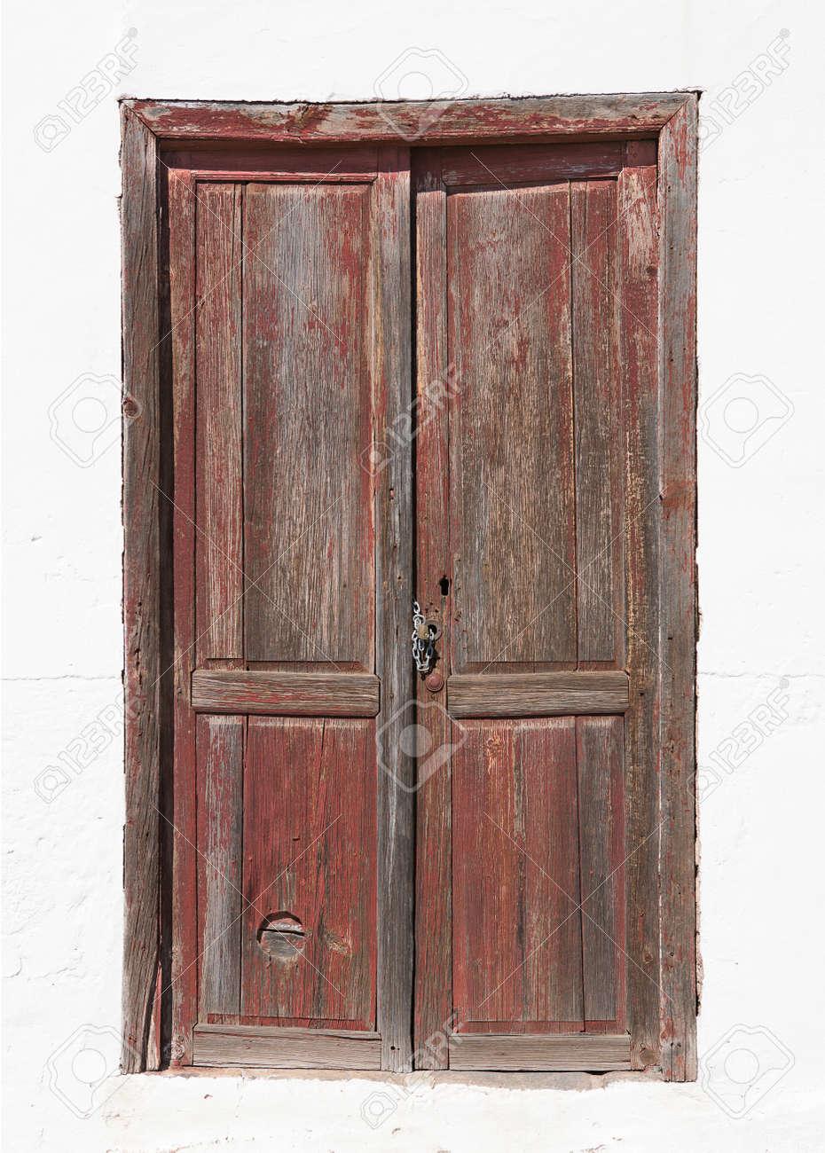 Antigua Puerta De Madera De Color Marron En Una Fachada Recien Pintada De Una Casa En La Gomera Islas Canarias Espana