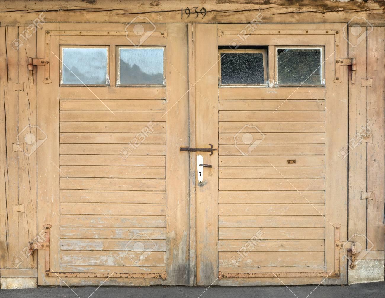 foto de archivo vieja luz puerta del garaje marrn de madera con cuatro pequeas ventanas construido en oberndorf alemania with ventanas pequeas
