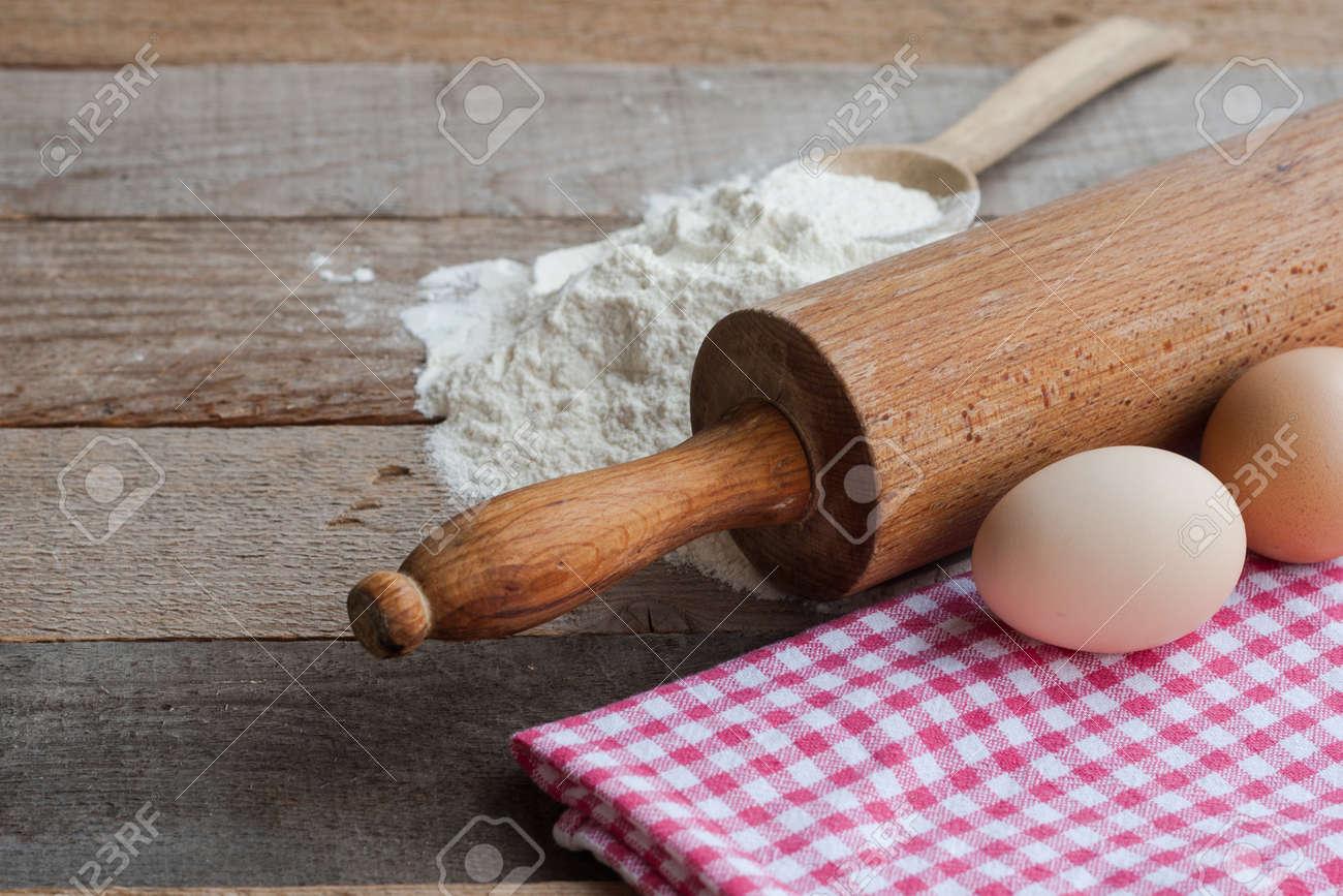 Ingrediënten voor het deeg op oude houten tafel royalty vrije foto