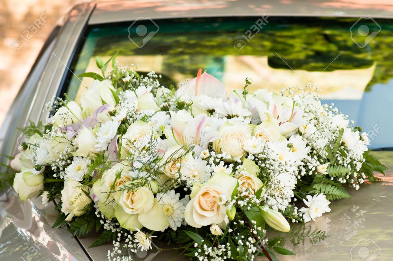 banque dimages bouquet de grandes fleurs blanches sur le capot de la voiture horizontal abattu - Fleurs Capot De Voiture Mariage