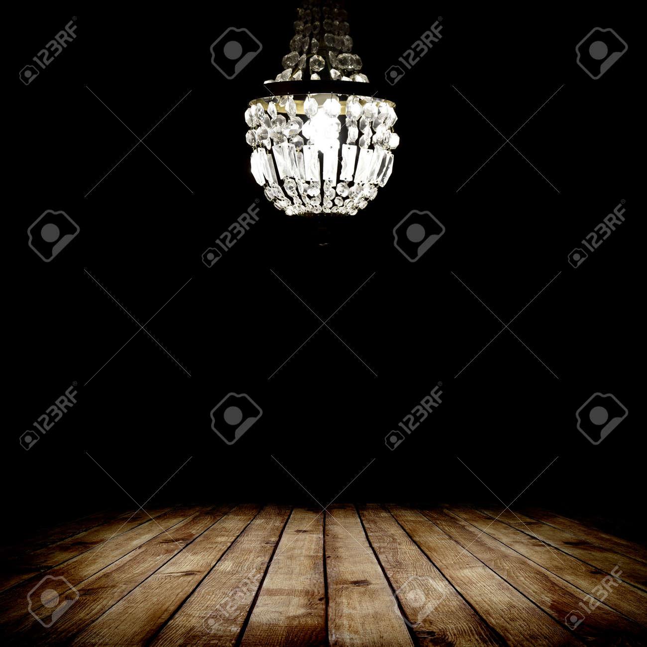 image de l'intérieur grunge chambre sombre avec plancher de bois et