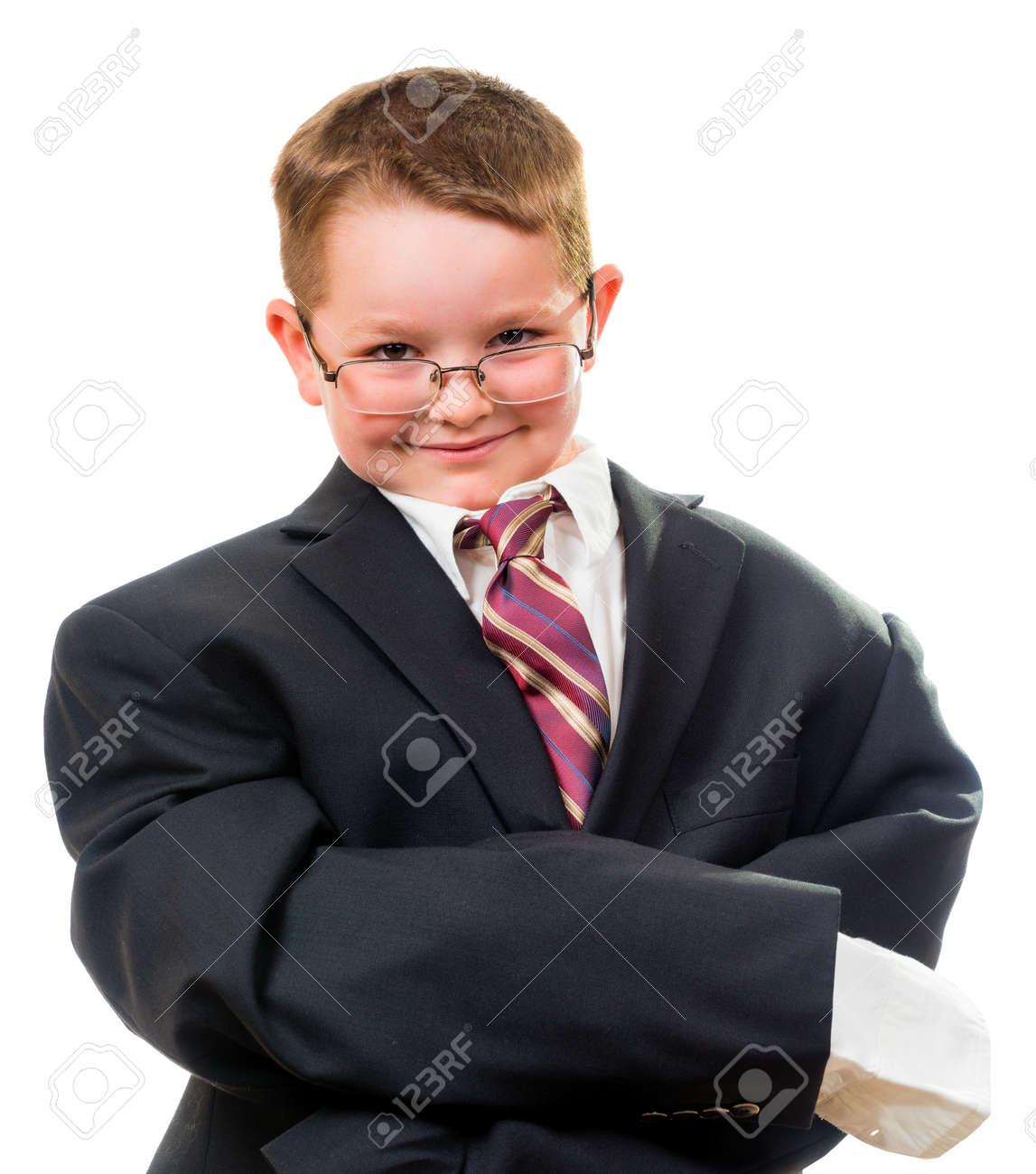 2e9c2c55d5f Foto de archivo - Traje Niño serio que lleva que es demasiado grande para él