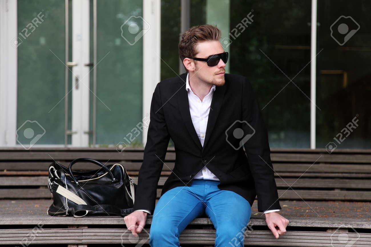 Hombre Y Un Gafas Chaqueta Fuera Con Sol Sentado De Negras Una AqfqdS8
