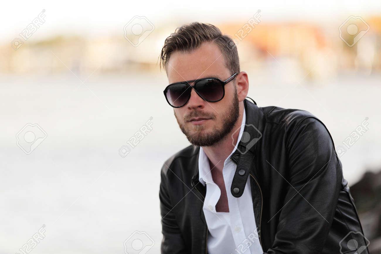 blanca atractivo de años y con de sol agua unos oscurassiendo por chaqueta negro en puerto 20 una camisa gafas un hombre con cuero el Un de rdoWxeQCB