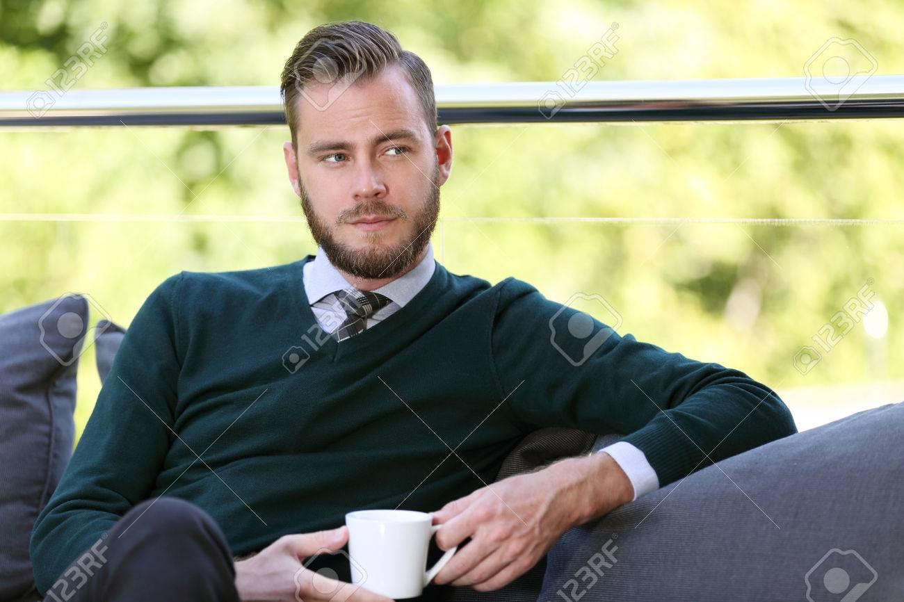 Ein Geschaftsmann Mit Einem Grunen Pullover Hemd Und Krawatte