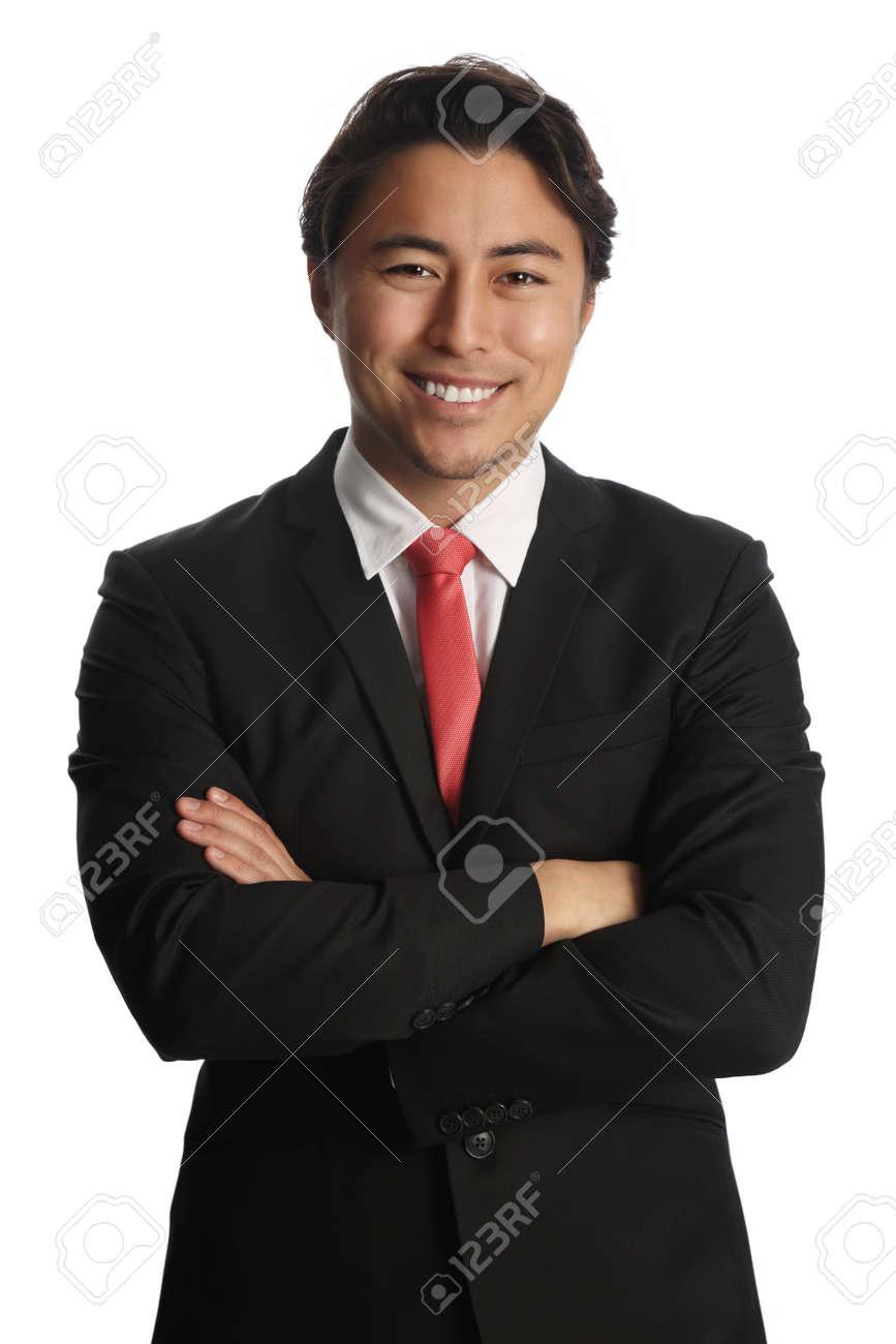 meilleures baskets 588ae 86c60 Homme d'affaires souriant, regardant la caméra, portant un costume noir,  chemise blanche et une cravate rouge. Debout devant un fond blanc.