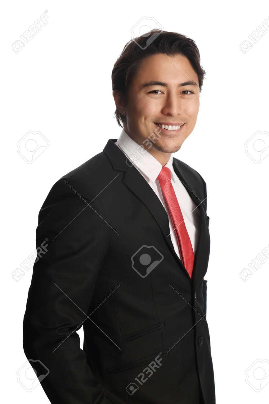 meilleur service c75ca 55823 Sourire d'affaires regardant la caméra, vêtu d'un costume noir, chemise  blanche et une cravate rouge. Debout devant un fond blanc.