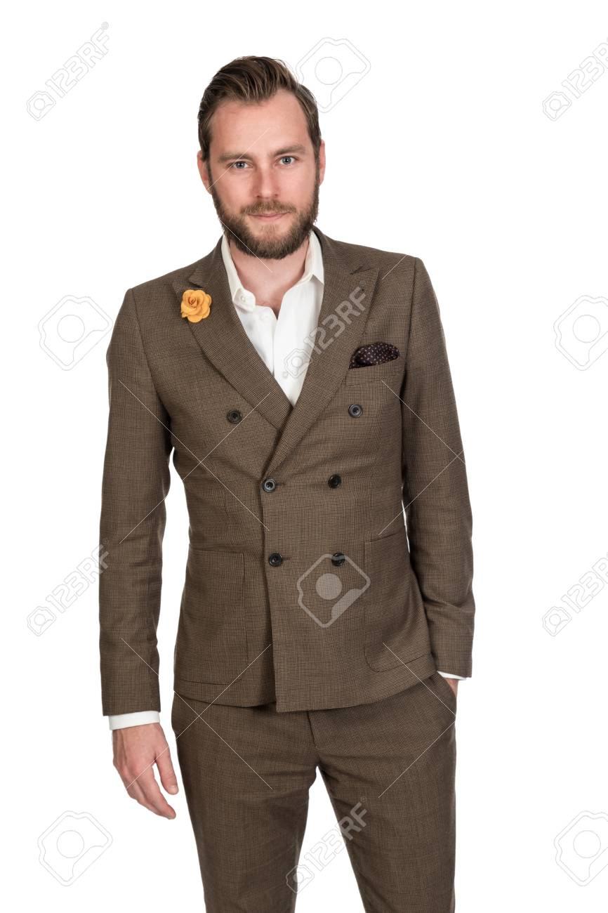 04a4b7bf Foto de archivo - Refresque al hombre de negocios de moda en un traje marrón  y una camisa blanca que se oponen a un fondo blanco con una mirada dura ...