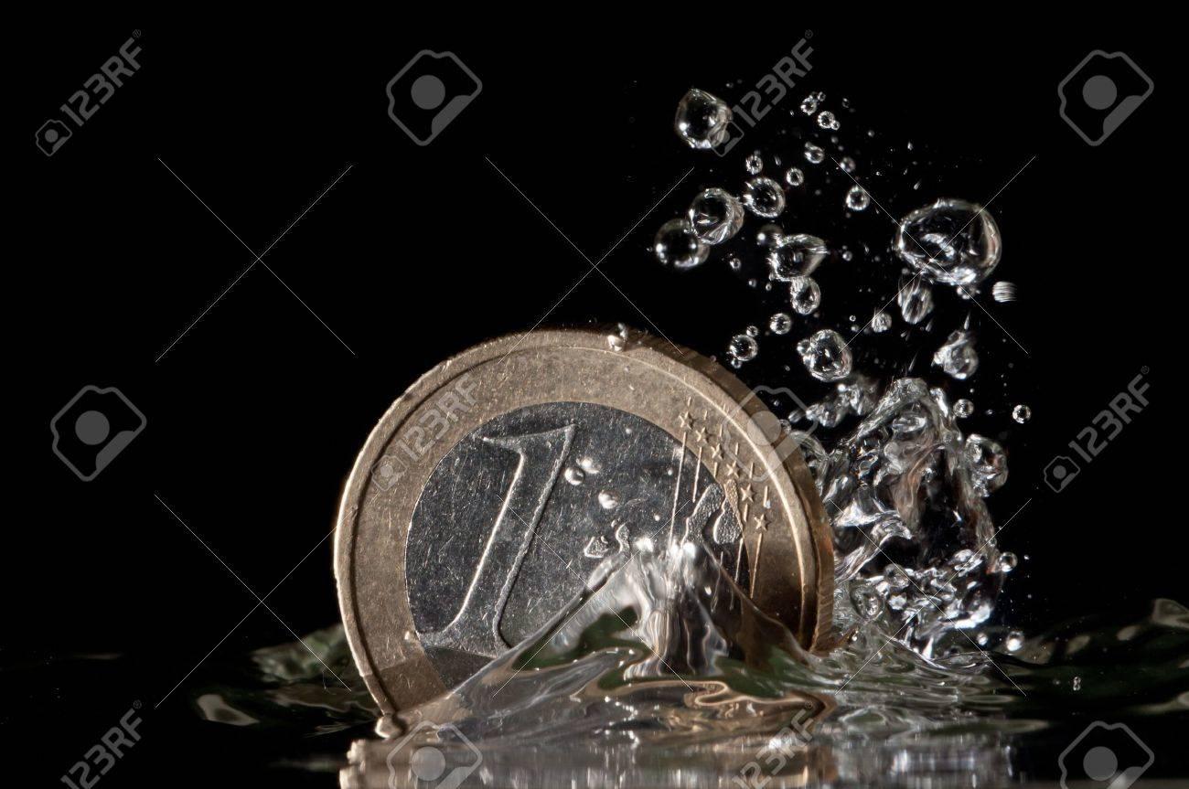 Ein Euro Münze Plantschen Im Wasser Auf Schwarzem Hintergrund