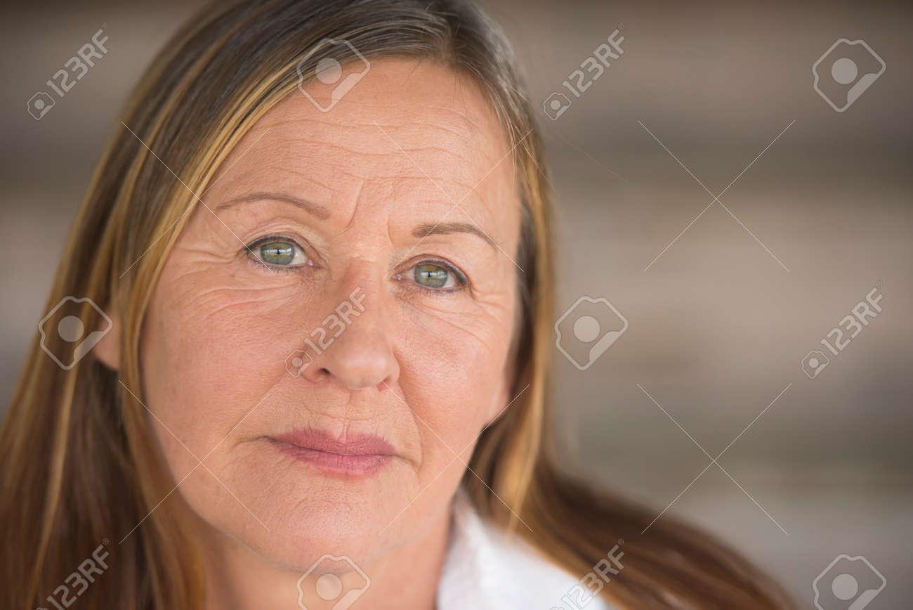 madura de mujer la fondo borroso atractiva expresión confianza elegante el facial de con la serio blanca archivo Retrato Foto relajado en camisa w0ZqYIf
