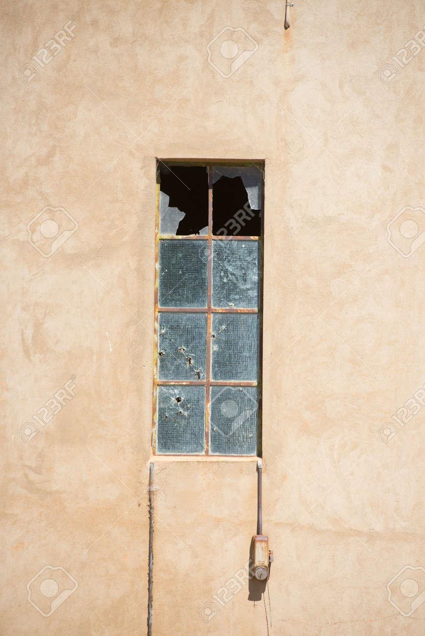Ventana Con Marco De Metal Y Vidrios Rotos En El Viejo Edificio De ...