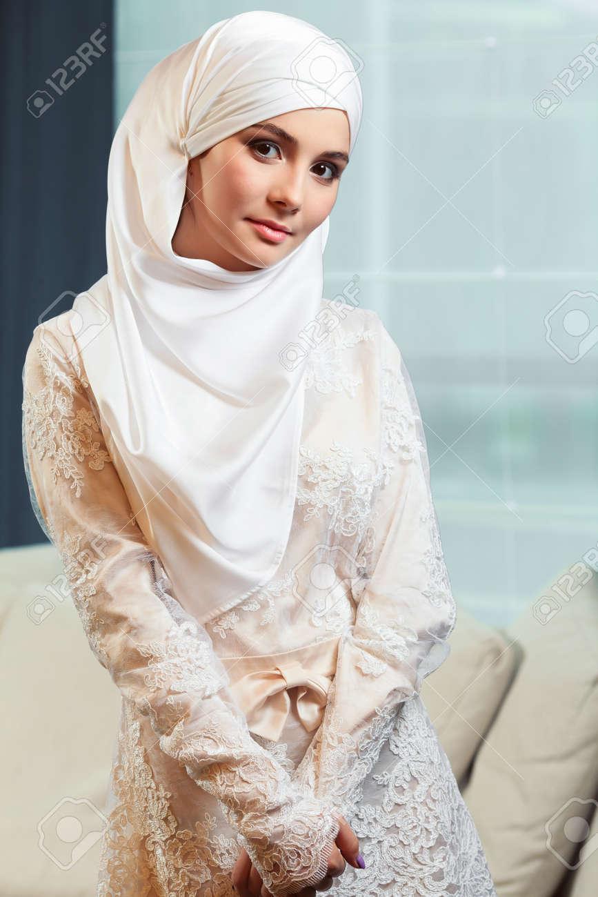 En Bashkortostán Foto Blanco Musulmana Un Hermosa Novia Archivo Vestido De  Mujer 4a1wg b6c59252bef7