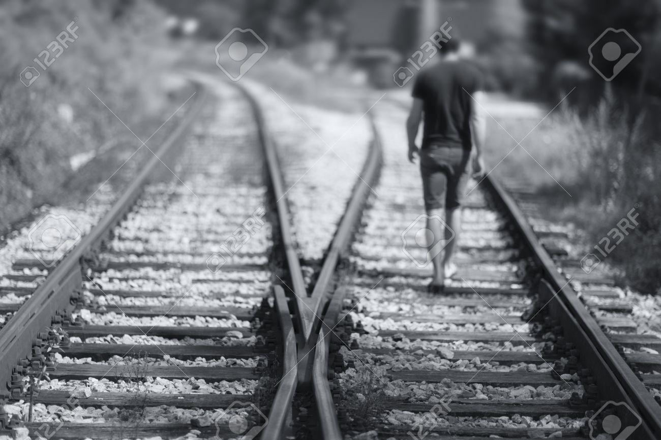 imagenes de hombre caminando solo