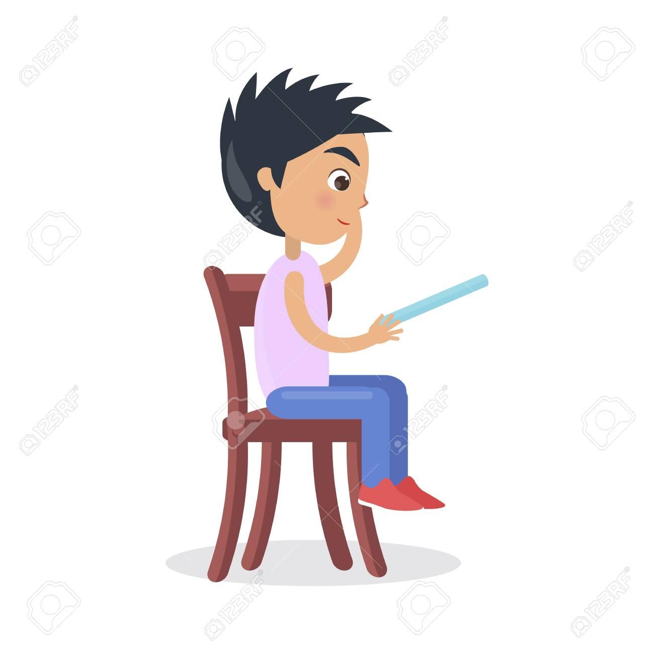 Perfil del niño sentado en la silla, leer el cuento de hadas