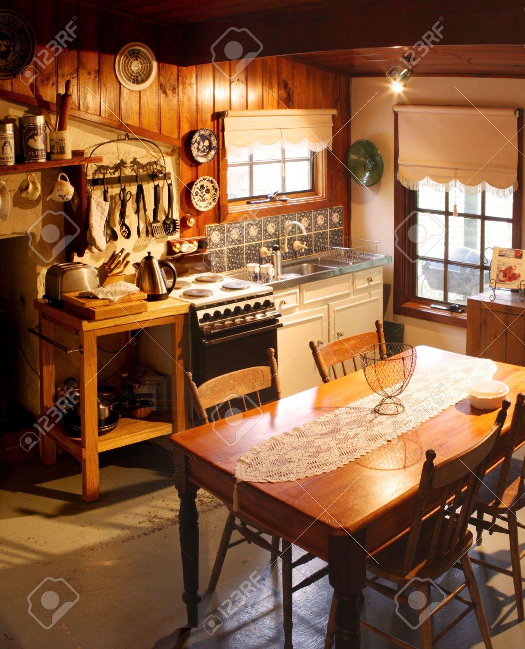 Küche Eines Alten Hütte Küche, Liebevoll Restauriert. Das Haus Wurde ...