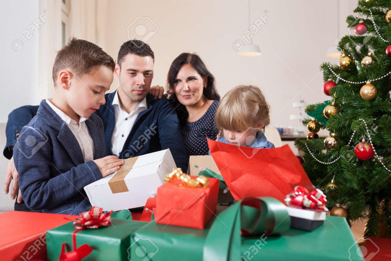 Regali Di Natale Famiglia.Famiglia Unboxing Regali Di Natale Di Fronte A Albero Di Natale