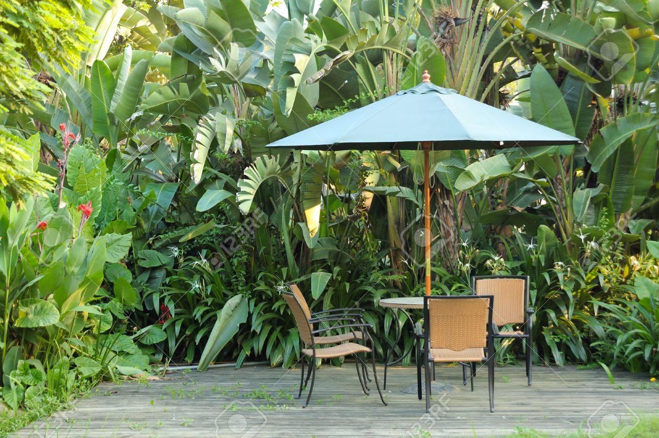 Muebles De Jard N Sillas De Mimbre Y Una Mesa Bajo El Paraguas  # Muebles Hoja De Banano