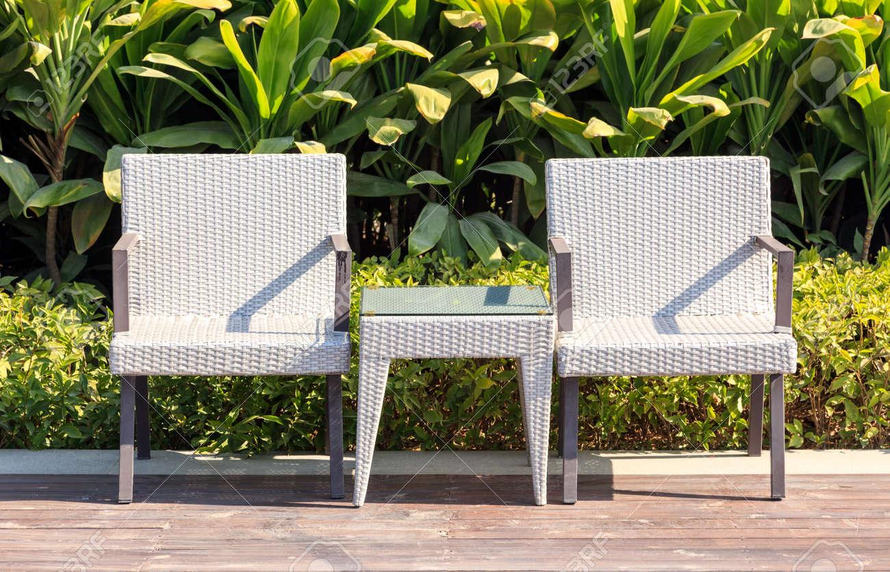 Muebles De Jardín Sillones De Mimbre Y Mesa En La Terraza En Un ...