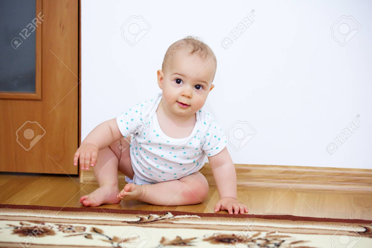 Adorable baby boy playing in badroom in sunny day. Archivio Fotografico - 96115769