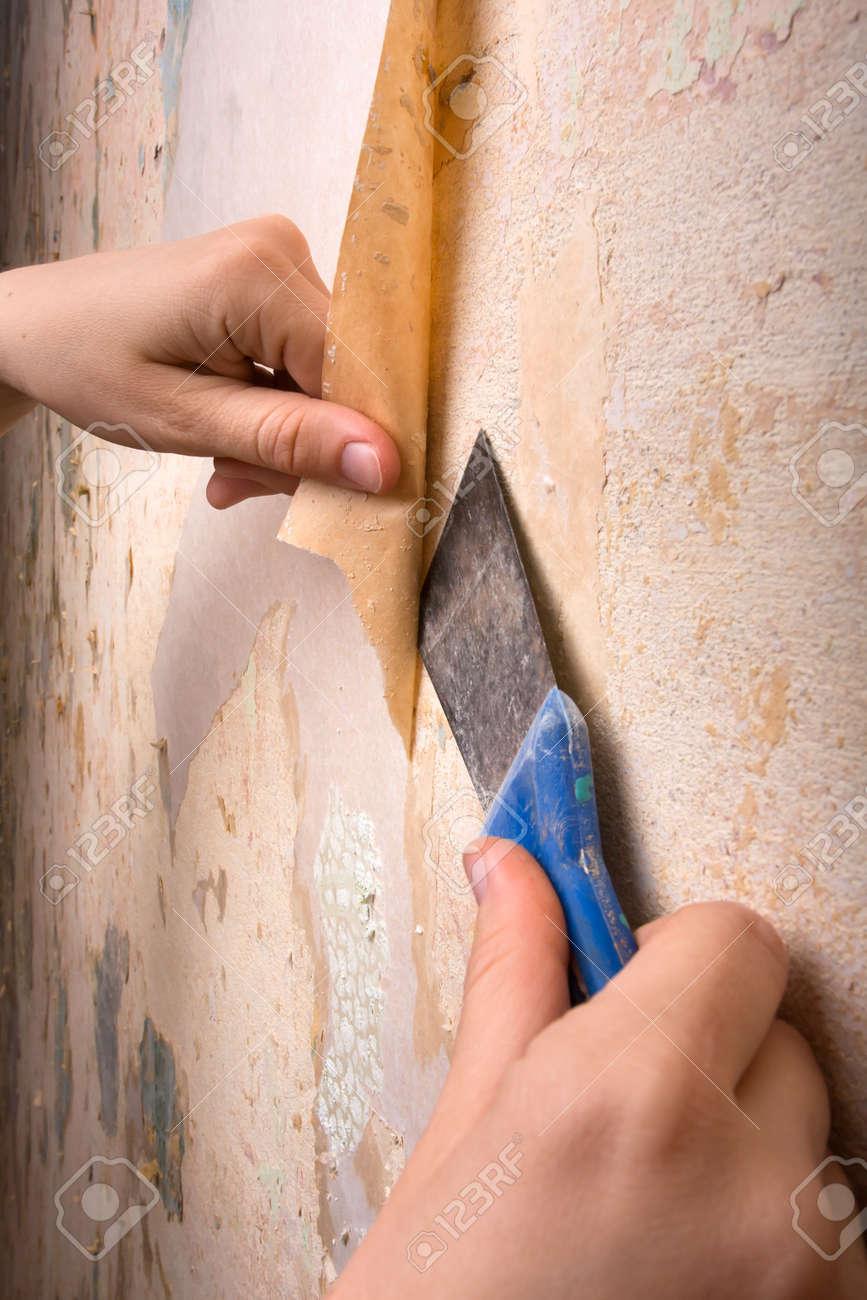 手を壁から壁紙の削除 の写真素材 画像素材 Image 39382654