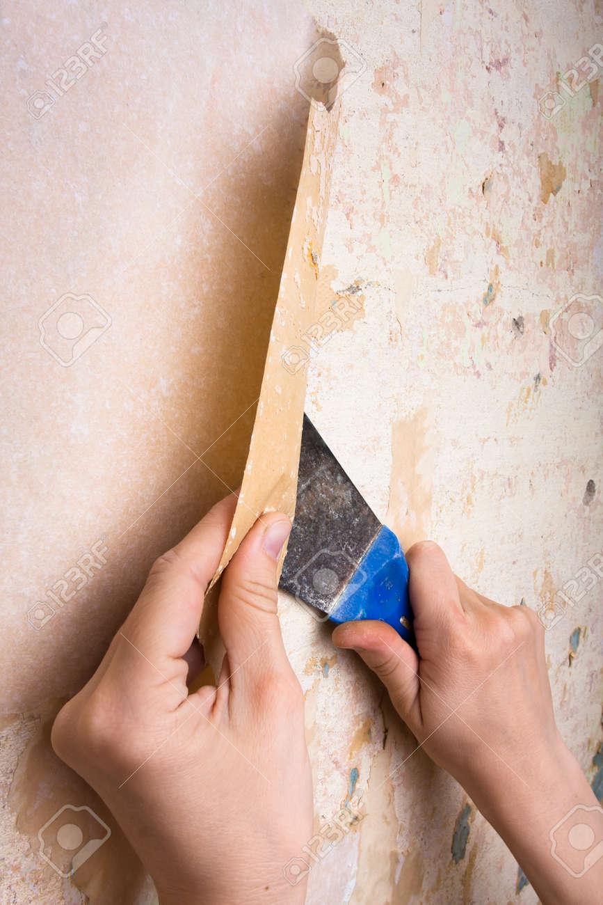 手を壁から壁紙の削除 の写真素材 画像素材 Image 3932